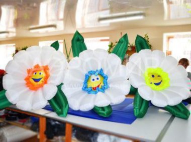 Multi-colored chamomile inflatable flowers