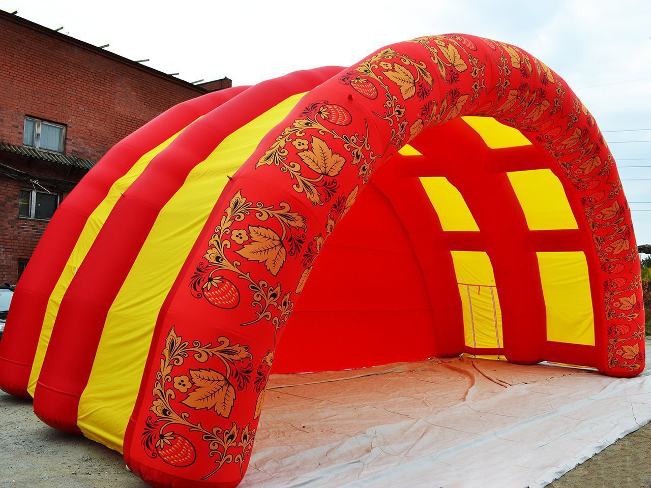 Large inflatable arched scene in the colors of Khokhloma